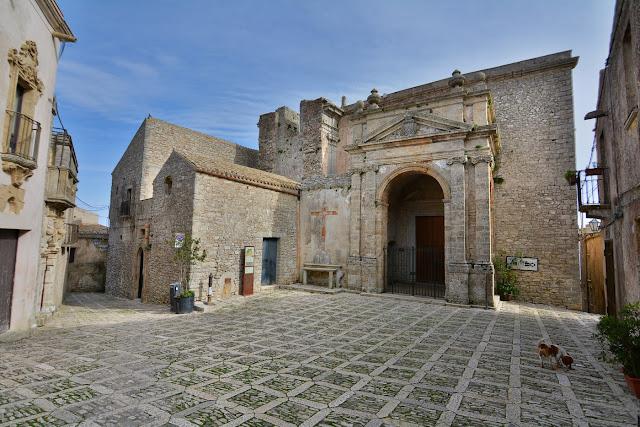 Placettes en pierre, ruelles, églises et palais... la vieille ville possède un charme fou !