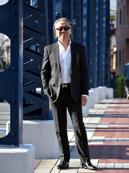 ネクタイ無しのビジネス スーツ スタイル