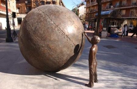 """""""El buzón de las palabras"""" de Lucia Antonini  representa a un niño que escribe en una esfera fragmentos de """"La historia interminable"""". Situada en la Plaza de Carabanchel."""
