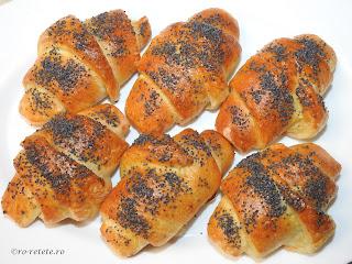 Cornuri croissante cu branza si mac reteta de casa retete culinare sarbesti si frantuzesti croasant croasanti croissant cornulete chifle aluat fraged pufos patiserie paine mancare,