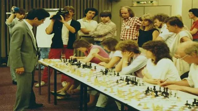 Garry Kasparov Vs 32 Micros Hamburg Computers (1985)