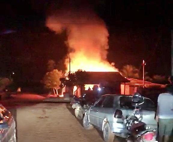 Atualizado: Casa pega fogo e brigada municipal de incêndio consegue controlar evitando a propagação