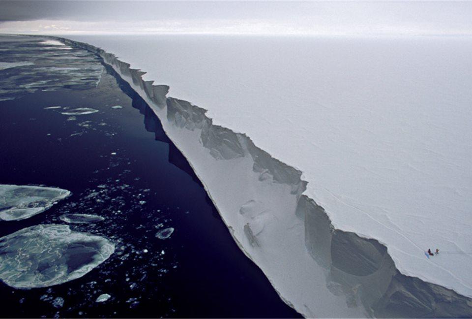 Extensos paredões de gelo circundam a Terra