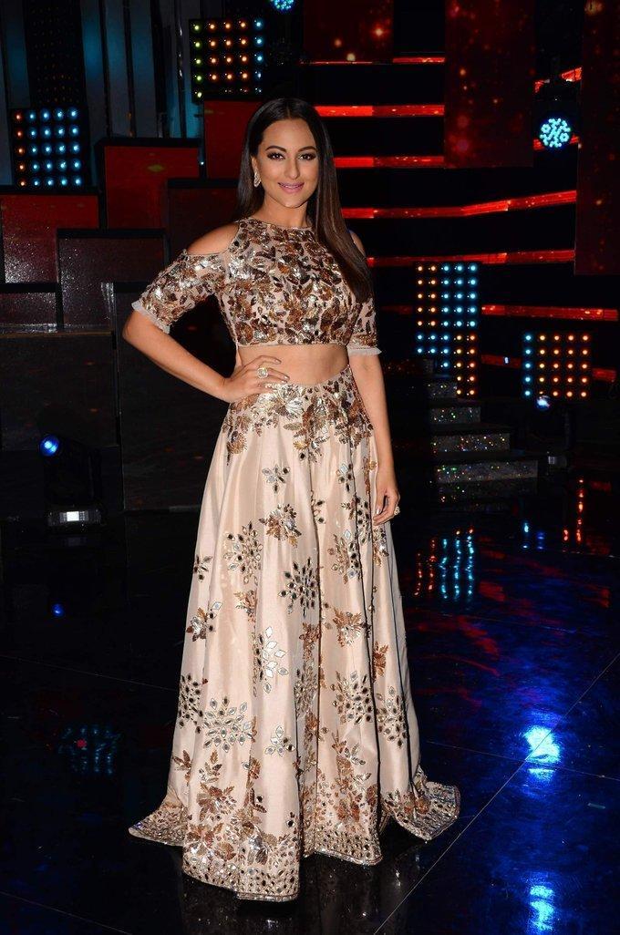 Sonakshi Sinha At Nach Baliye 8 Opening Show Pictures