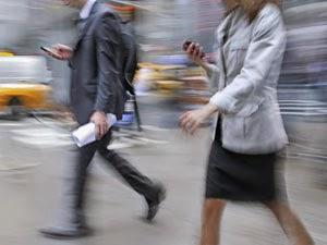Oameni care merg cu ochii pe telefon - imagine preluată de pe blogs.rsc.org