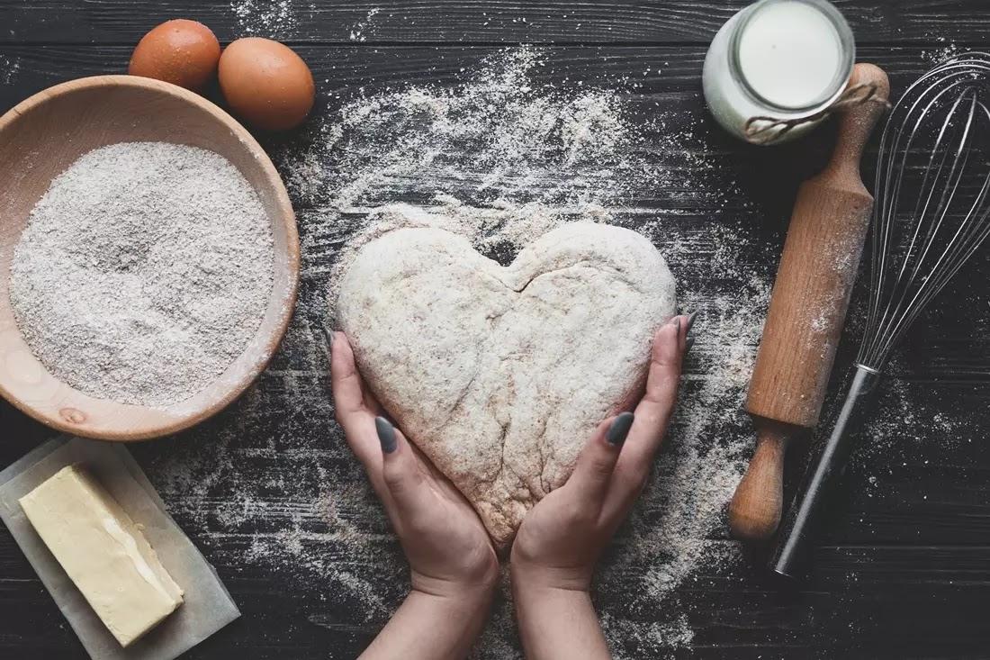 Mulher fazendo pão em formato de coração
