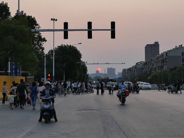 Heping Avenue and the sun setting behind Xuzhou's Zhulin Temple (竹林寺)