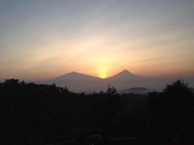 sunrise diantara gunung merbabu dan merapi