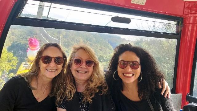 Eu, Ana Morize, do Viagens Bacanas e Denise Barreto, do Chicas Lokas, durante visita aos Bondinhos Aéreos, no Parque da Serra, em Canela, na Serra Gaúcha