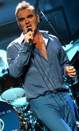 Foto de Morrissey cantando en una presentación