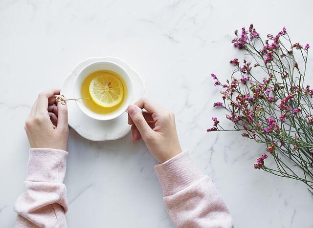 manfaat air lemon hangat saat lebaran
