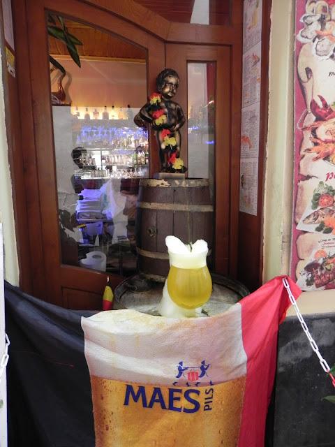 Por toda cidade existem várias réplicas do Manneken Pis. Nesta, ele enche o copo de cerveja. Que delícia! - Bruxelas - Bélgica