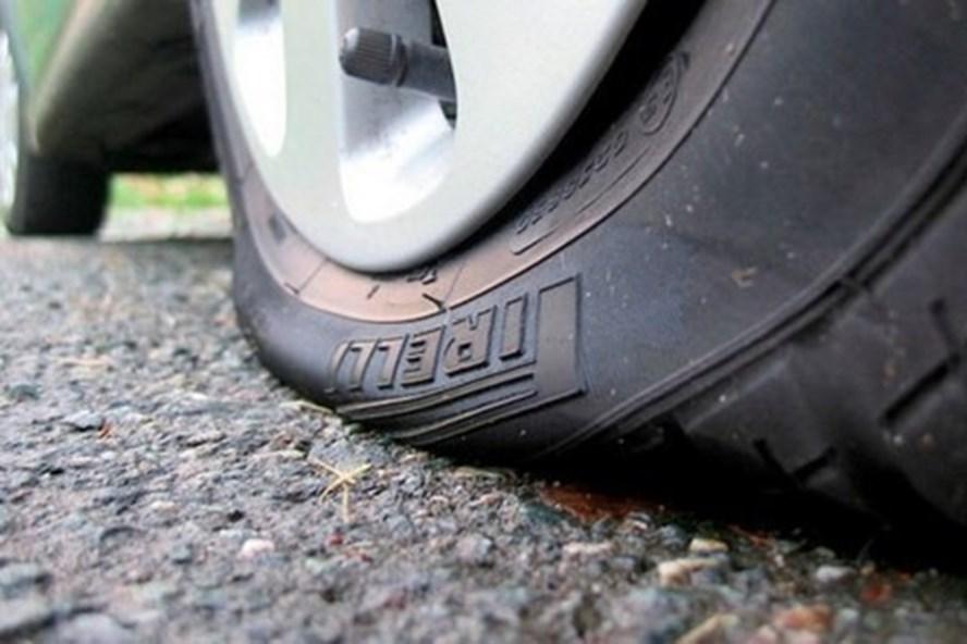 """Bỏ túi """"bí kíp"""" xử lý khi thủng lốp xe trên đường"""