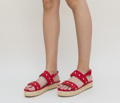 sandale rosii cu talpa inalta si insertii metalice aurii