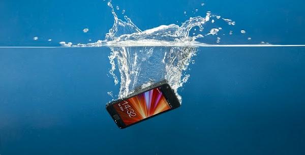 سقوط الموبايل الجوال في الماء