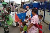 Gembiranya Anak-Anak Ini Lihat Personil TNI-Polri Bagikan Makanan Siap Saji