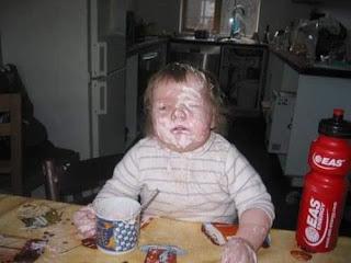 Niño se ensucia cara con comida