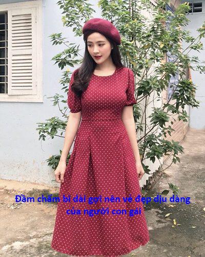 Đầm chấm bi dài gợi nên vẻ đẹp dịu dàng của người con gái