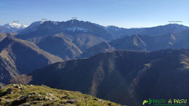Vista de montañas de Ponga desde el Pico Cunio