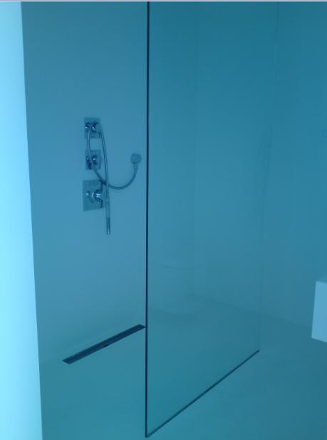 Biała łazienka, szyba prysznicowa