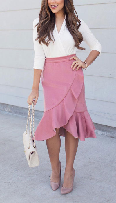 No matter what kind of date night you have planned for Valentine's Day. Here are 29 Romantic Valentines Day Outfits to Wow Your Date. Women's style + Fashion via higiggle.com #valentine #fashion #romance #skirt