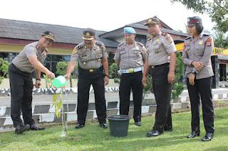 Wujud Nyata Aksi Penghijauan, Kapolres Lampung Barat Melakukan Perawatan Tanaman