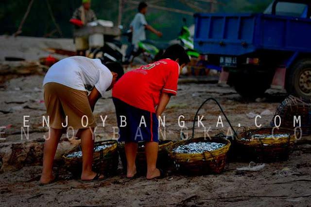 nelayan desa rebo sungailiat bangka belitung indonesia