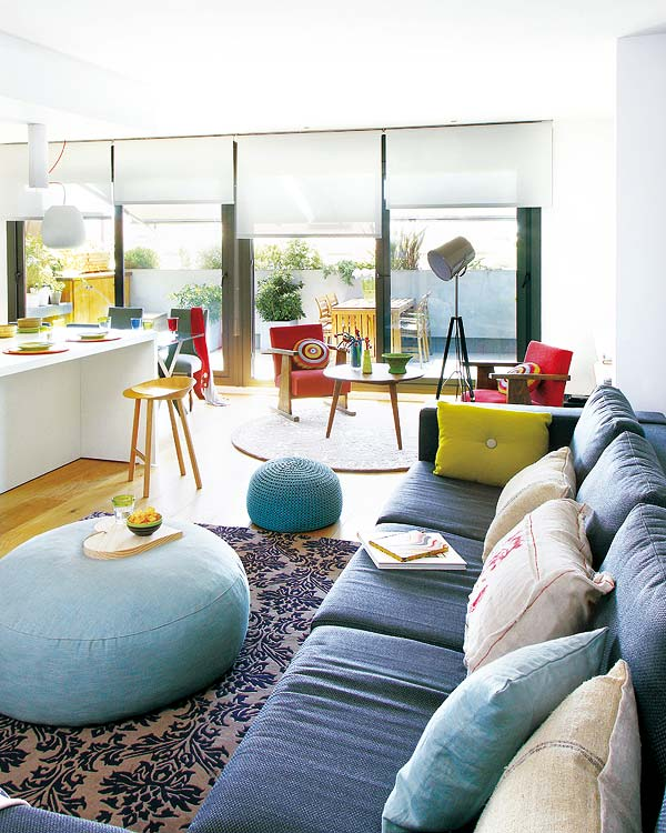 Plan deschis, culori tari si piese de mobilier cu personalitate in amenajarea unui apartament din Spania