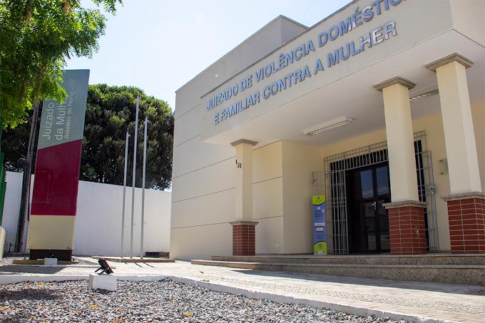 Presidente do TJCE ressalta a importância do acolhimento e da ressocialização durante visita ao Juizado da Mulher em Juazeiro do Norte