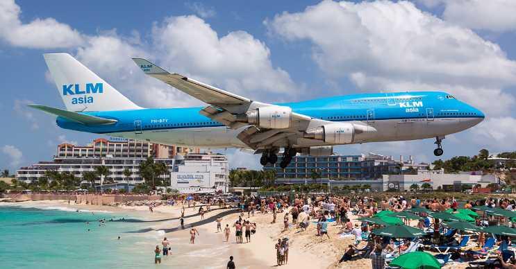 Sint Maarten bölgesindeki Maho plajinda uçaklar insanların başının üstünden geçiyor.