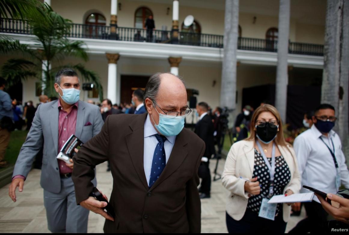 Pedro Calzadilla, nuevo rector del Consejo Nacional Electoral, es visto al final de la sesión extraordinaria de la Asamblea Nacional de Venezuela en Caracas, el 4 de mayo de 2021 / REUTERS