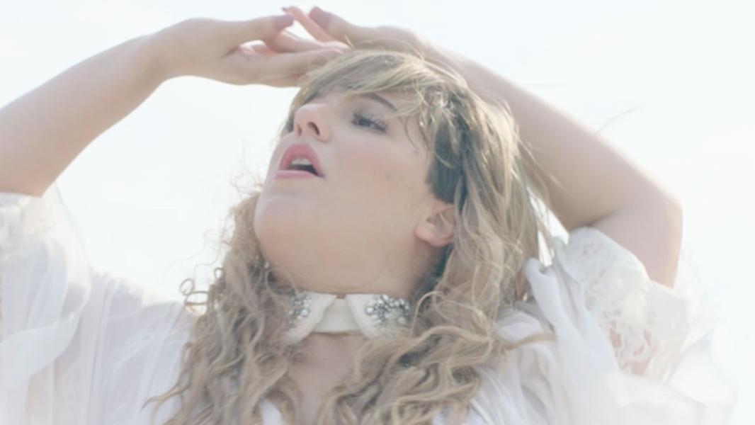 """O sucessor de """"Rainha dos Raios"""" se chama """"Alice"""" e será lançado no dia 19 de janeiro."""