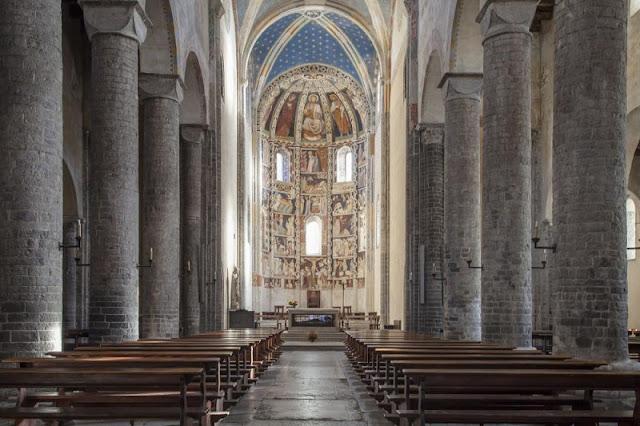Basília di Sant'Abbondio localizada um pouco afastada do centro turístico