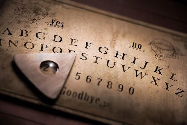 Un'antica tavola Ouija o tavola parlante