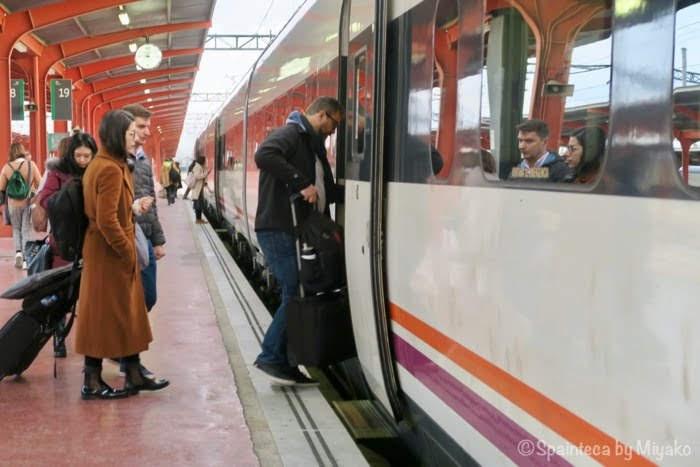 スペインのセゴビアへ行く電車と乗車の様子