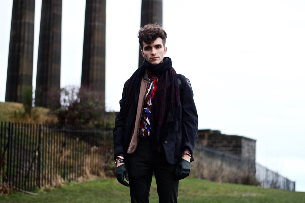 Blog-mode-style-homme-voyageur-ecosse-edimbourg-edinburgh-valentino-uomo-sweater-gilet-cachemire-Malo-jeans-apc-north-sails-jacket-petit-standard-echarpe-broderie-boots-dries-van-noten-chateau-guide-conseil-insolite-calton-hill-hote (3)