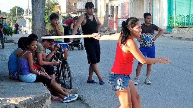 Según el sexo y el deporte, la homofobia es más o menos evidente, en el caso de Liuba Grajales, ella abandonó su ascendente carrera deportiva para evitar la homofobia.