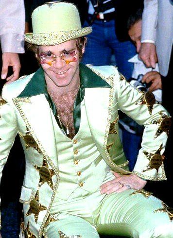 Foto de Elton John con ropa extravagante