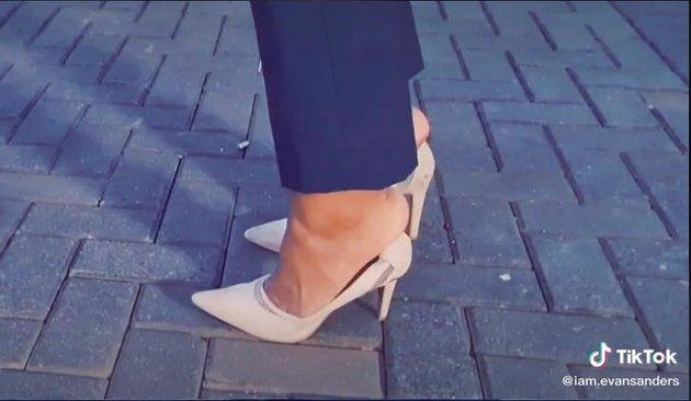 Tampak Arya pun mengenakan sepatu tersebut juga tidak muat. Hingga menjadikan tawa para netizen yang melihatnya.