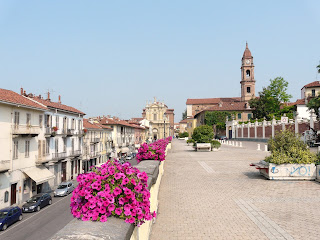 The Corso Cottolengo in Bra, looking towards Piazza Caduti per la Libertà and the church of Andrea Apostolo