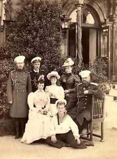 Семья императора Александра Третьего возле Малого Ливадийского дворца. 1893