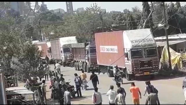नरसिंहगढ़ में दिनदहाड़े गोली मारकर हत्या के विरोध में गुस्साई भीड़ ने चौकी के सामने सड़क पर लगाया जाम.. आरोपियों को फांसी पीड़ित परिजनों को आर्थिक मदद की मांग.. पुलिस ने मुख्य आरोपी व दो अन्य पर कसा शिकंजा..