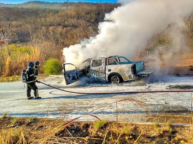 Carro é encontrado  incendiado  em  Barreiras nesta segunda feira. Corpo de bombeiros foi acionado