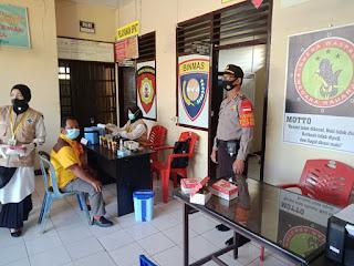 Personel Polsek Alla Pantau dan Lakukan Pengamanan Vaksinasi Covid-19
