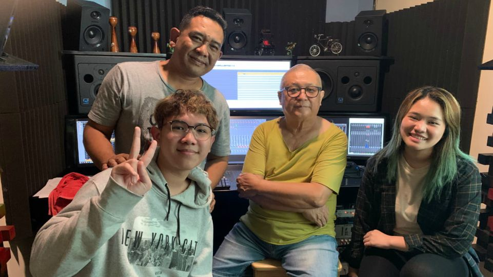 Chossypratama (baju kuning), Alex dan Bea didampingi ayah mereka AM. Kuncoro saat recording vocal di studio Promidi Audio Indonesia, Jakarta 3 Oktober 2020. (Dok. Istimewa)