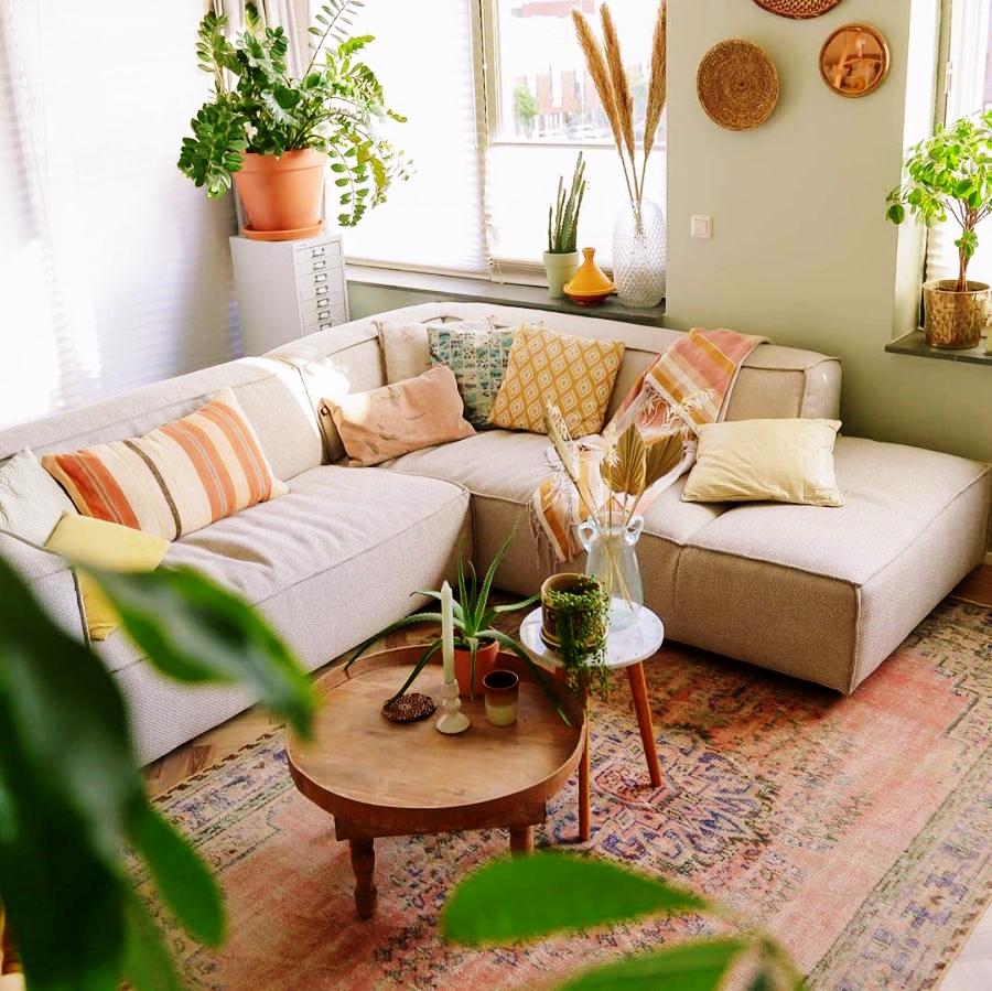 Skandynawski apartament z arabskimi akcentami, wystrój wnętrz, wnętrza, urządzanie domu, dekoracje wnętrz, aranżacja wnętrz, inspiracje wnętrz,interior design , dom i wnętrze, aranżacja mieszkania, modne wnętrza, styl skandynawski, scandinavian style, salon, living room, pokój dzienny, kanapa, narożnik, sofa, rośliny, urban jungle