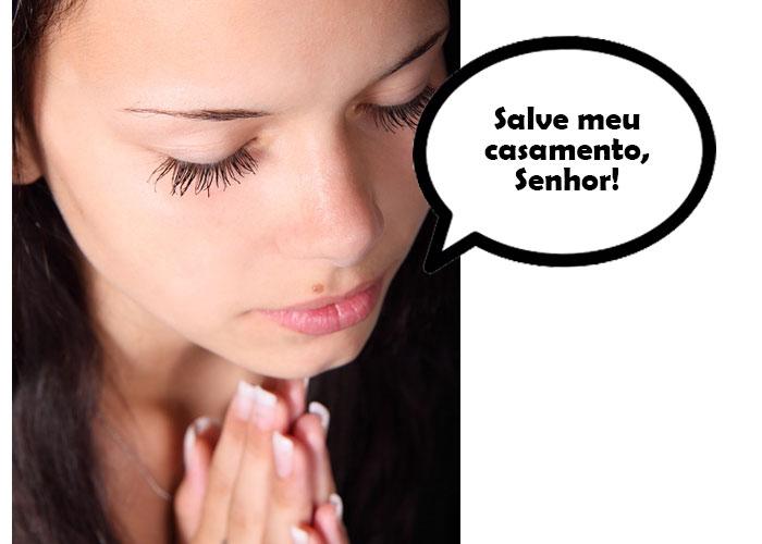 mulher fazendo oração para casamento em crise