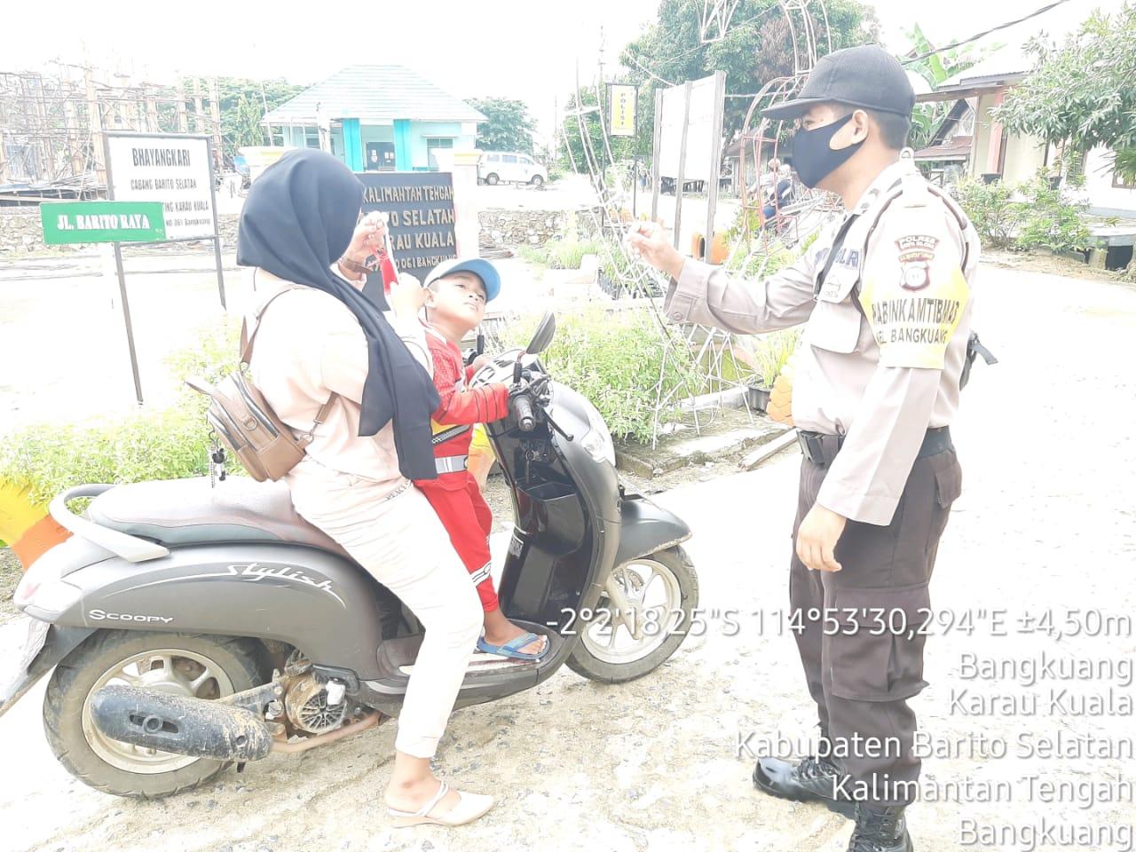 Bagikan Masker, Kapolsek Karau Kuala Harapkan Masyarakat Lebih Displin