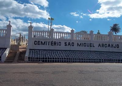 Resultado de imagem para pessoas visitam o cemitério de mairi miguel arcanjo