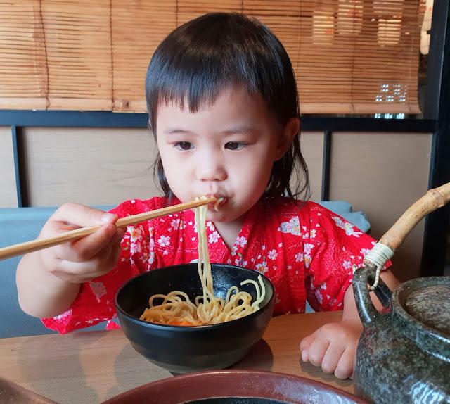 hillary makan chin ma ya ramen